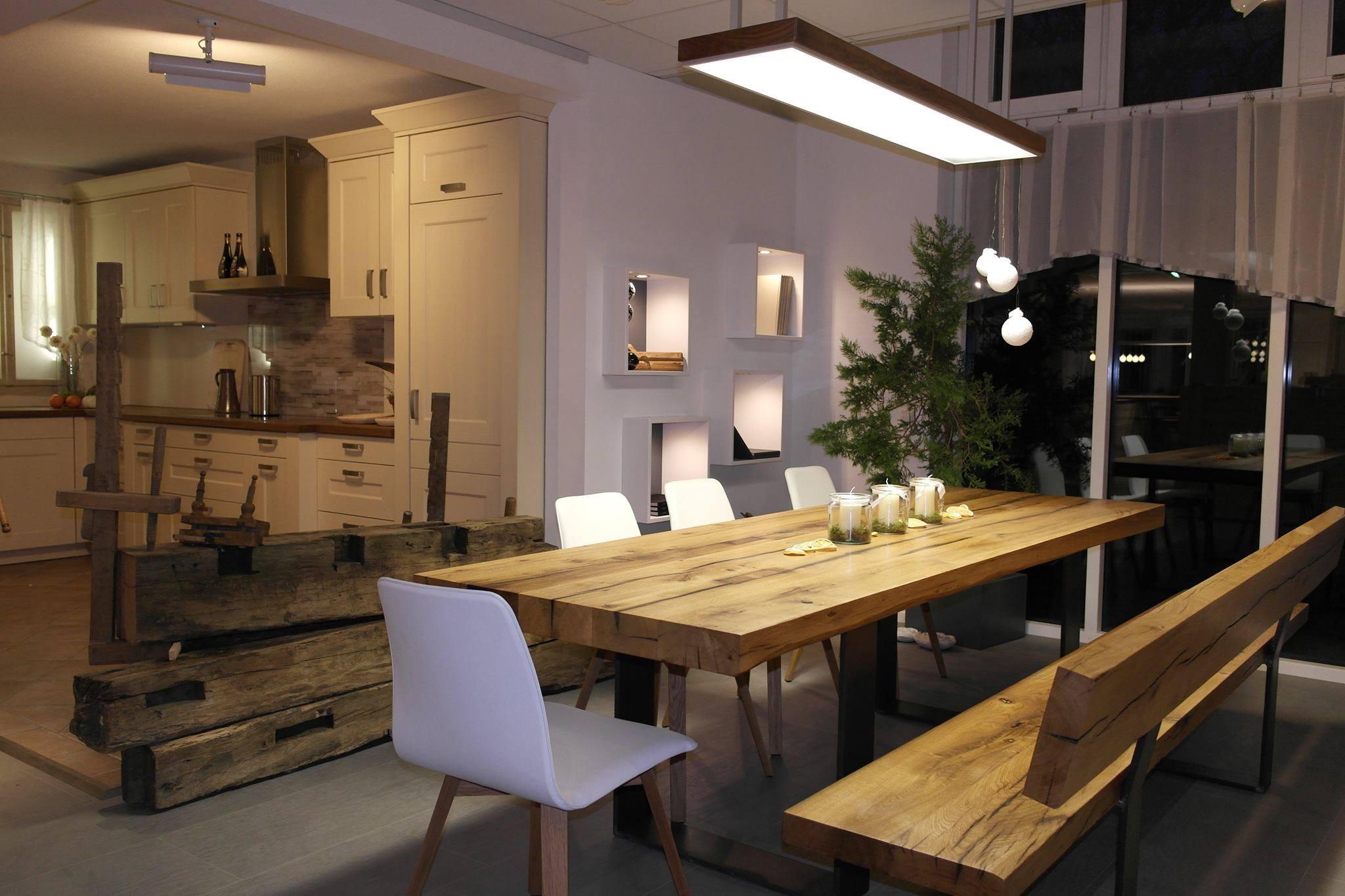 altholztisch und altholzbank aus historischen eichebalken einer ehemaligen scheune aus dem jahr. Black Bedroom Furniture Sets. Home Design Ideas