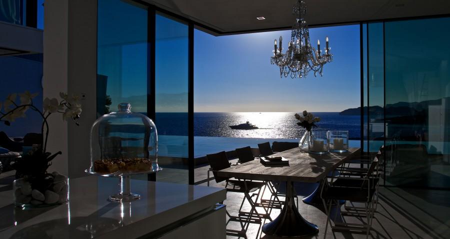 Blick aus der Küche auf das offene Meer.